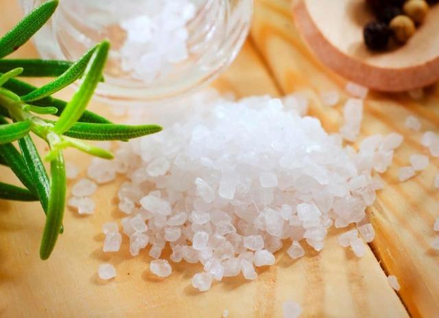 Скраб из морской соли для лица – полезные свойства и действия, рецепт приготовления в домашних условиях