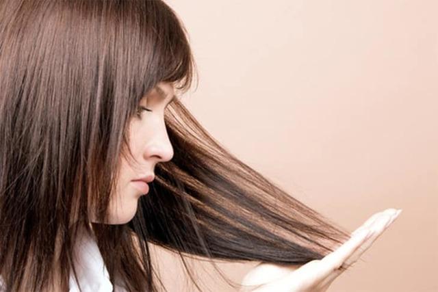 Волосы выпадают с белым кончиком – какие причины и что делать